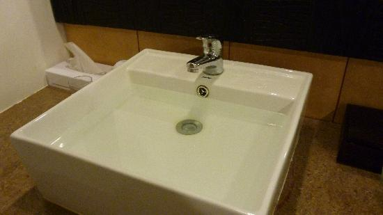 Kuta Station Hotel: sink is stuck due to rusty cover