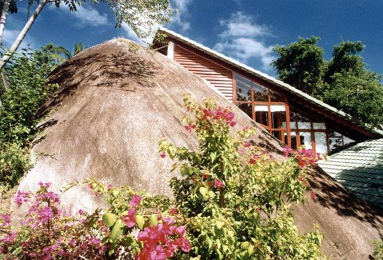 Rock'n'Wood Villa: Huge Granite Rock at at Tamarind Springs Tropical Villas