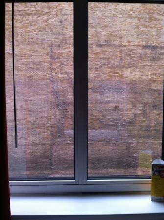 Ibis Sheffield City: Nice view of a brick wall from bedroom window.
