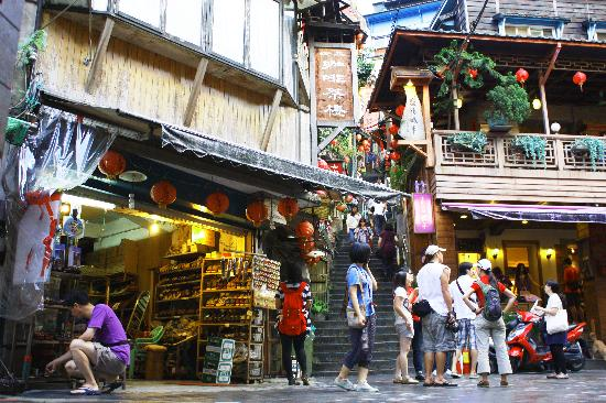 台灣瑞芳: Jiufen was an isolated village until 1893, when gold was discovered in the area.