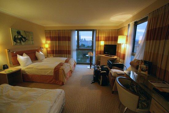 Hilton Vienna: Corner Room 401