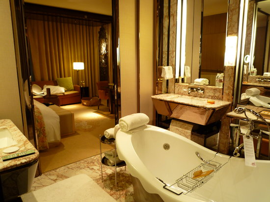 The Ritz-Carlton Shanghai, Pudong: The room, as viewed from the bathroom