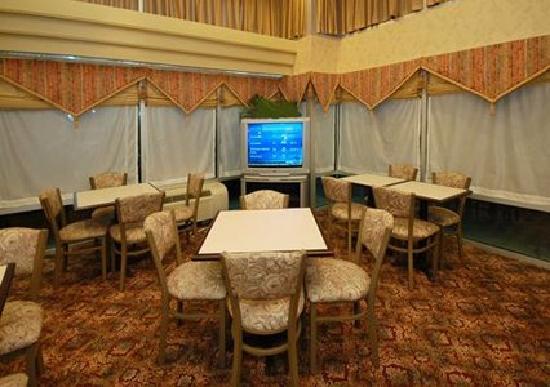Quality Inn : Breakfast Sitting area