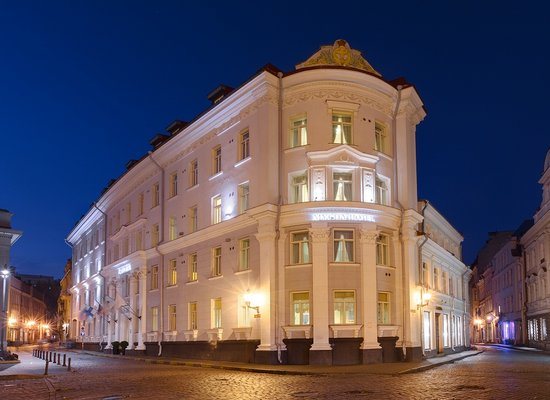 My City Hotel Tallinn, Fascade by night
