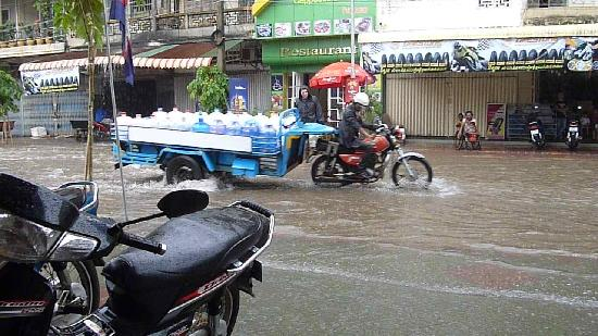 Star Hotel: Accross the street when there's too much water