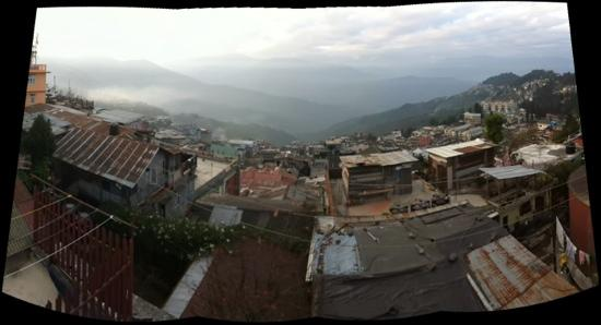 Andy's Guest House: view of Darjeeling from the rooftop terrace