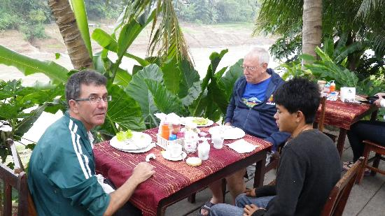 Riverside Guesthouse: breakfast on the deck above the Nam River