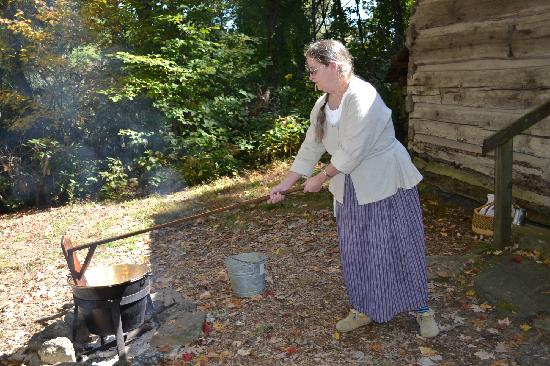 Hickory Ridge Living History Museum: Making applebutter over the fire