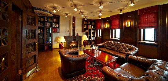 Hotel Roma: Fireplace
