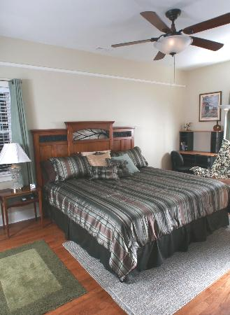 Seven Oaks Inn Bed and Breakfast: White Lake -- King bed w/Private or Shared Bath