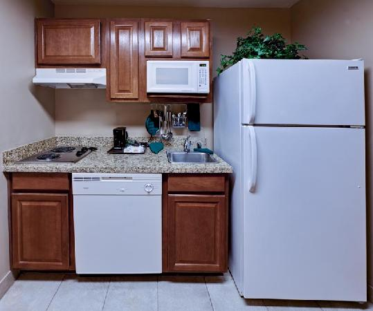 Hawthorn Suites by Wyndham Addison Galleria: Enjoy fully-stocked kitchens including a full size refrigerator