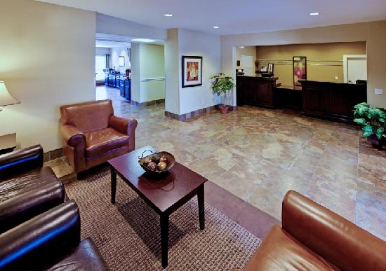 Hawthorn Suites by Wyndham Addison Galleria : Our Customer Service Agents are ready to check you in to your Suite