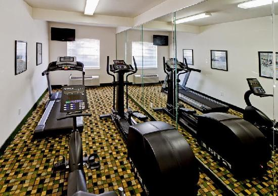 Hawthorn Suites by Wyndham Addison Galleria : The Fitness room has plenty of cardio equipment to keep you in shape during your trip