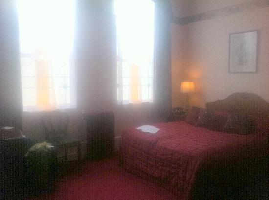 The County Hotel Napier: The Bed in the Honeymoon Suite