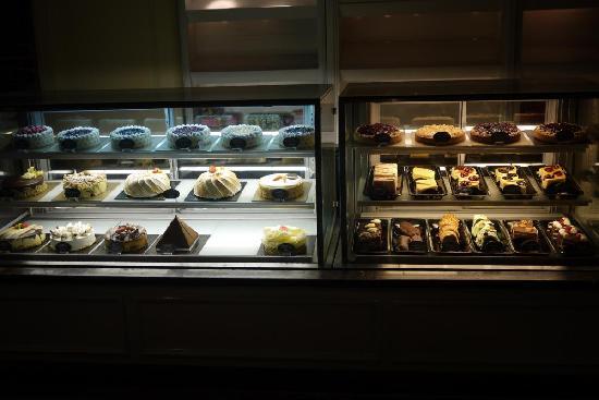 ฮิลตัน โคลัมโบ: Cake shop.. nice cake selection