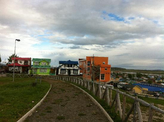 Hotel Temauken: Temauken: das orange Gebäude rechts im Bild