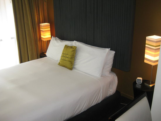 The Quadrant Hotel and Suites Auckland: Bed
