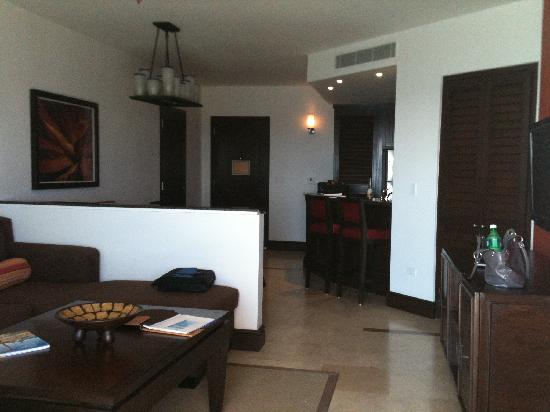 Welk Resorts Sirena Del Mar: Looking in to living area, dining and full kitchen.