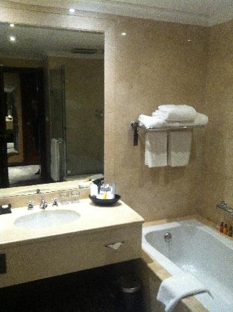 Wyndham Grand Regency Doha: bathroom