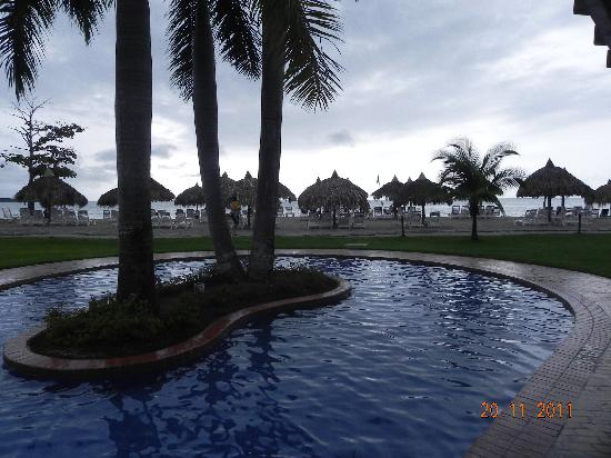 Royal Decameron Beach Resort, Golf & Casino: pileta del hotel