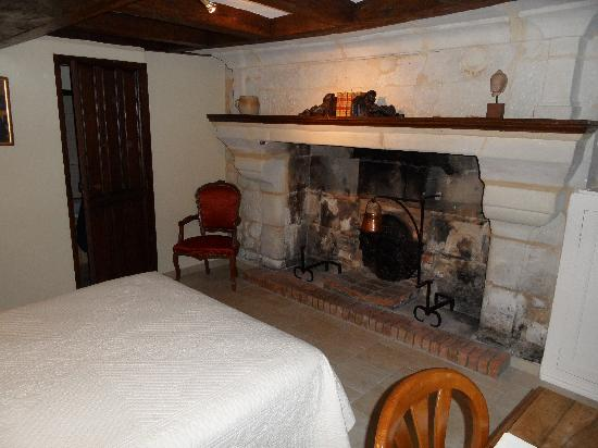 Manoir de la Giraudiere: la chambre N°1 avec la cheminee