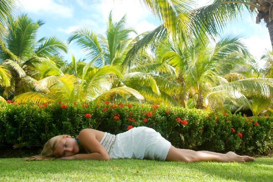 Tropical Princess Beach Resort & Spa: Photo Shoot in Garden by photoshop caribe