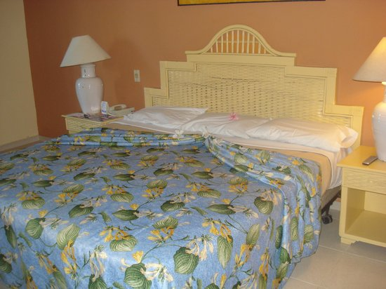 Tropical Princess Beach Resort & Spa: King Bed