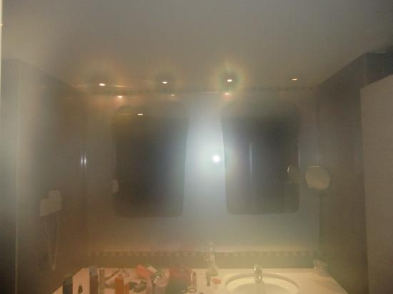 NH Hesperia Andorra la Vella: Secciones del espejo sin empañar (pero sí se empañó mi cámara...)