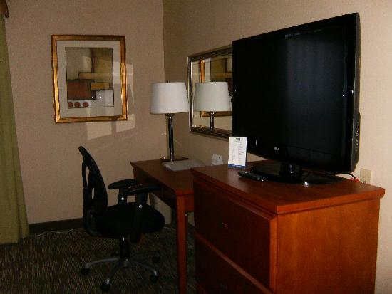 Holiday Inn Express Hotel & Suites Edmonton South: desk & TV