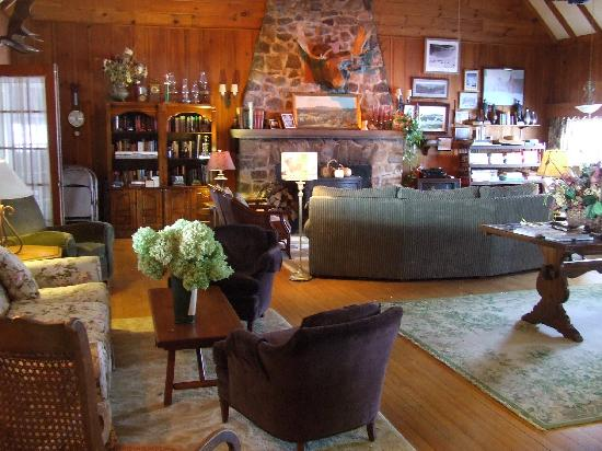 Country Club Inn: Cozy Livingroom w/ Fieldstone Fireplaces