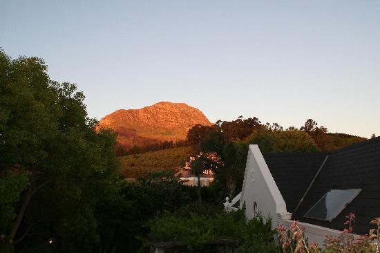 4 Heaven Guesthouse: die Berge im abendlichen Farbspiel