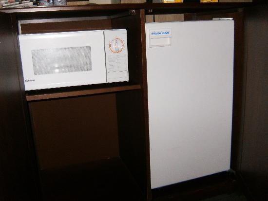 Red Lion Hotel Pocatello : fridge and mircowave
