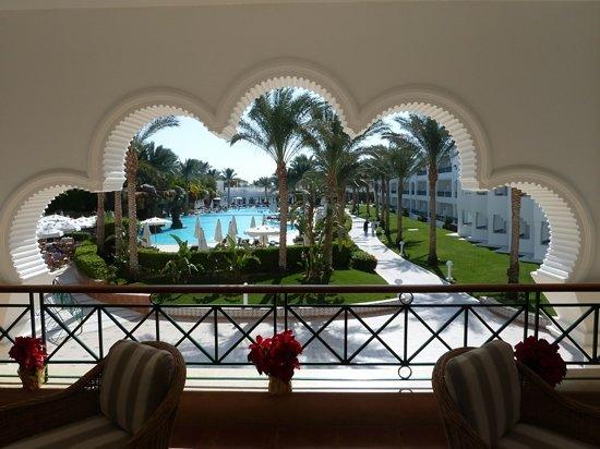 Baron Palms Resort Sharm El Sheikh: The pool from the verandah bar.