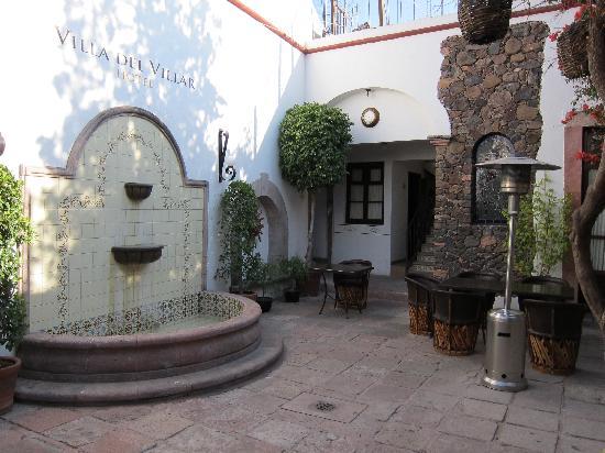 Hotel Villa del Villar: Entry courtyard to Villa del Villar