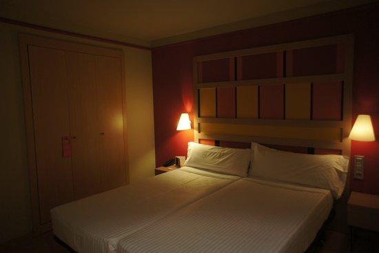 Hotel Ciutat de Barcelona : room, 2 single beds put together