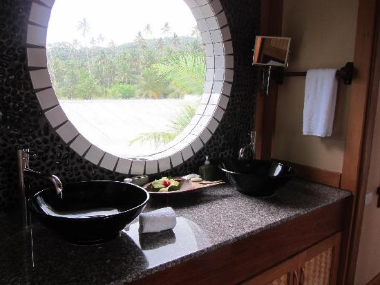 Koro Sun Resort and Rainforest Spa: Edgewater Villa Bathroom