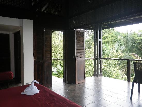 TikiVillas Rainforest Lodge : This is the layout of our room, which was very clean and modern.