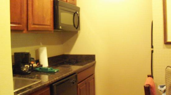 Homewood Suites Ft. Lauderdale Airport & Cruise Port : a lovely kitchenette with full size fridge