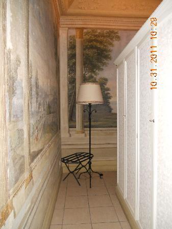 Residenza Castiglioni: Wardrobe access behind bed