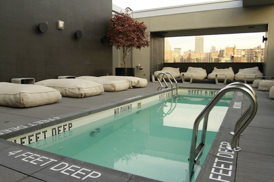 هوتل أميريكانو: Pool and pool lounge area