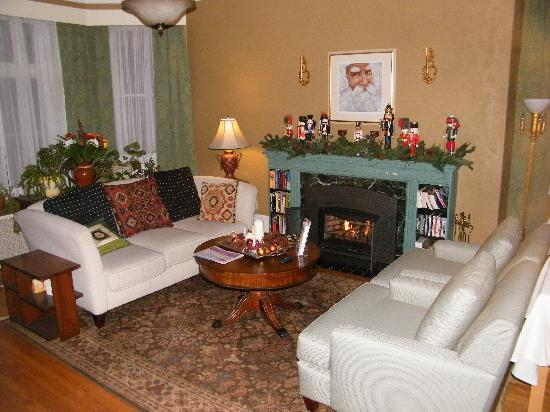 Frederick Street Inn: Warm and inviting B&B den.