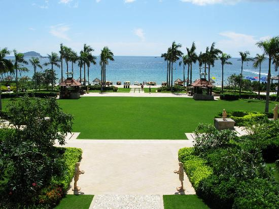 Sanya Marriott Yalong Bay Resort & Spa: Beach Lawn