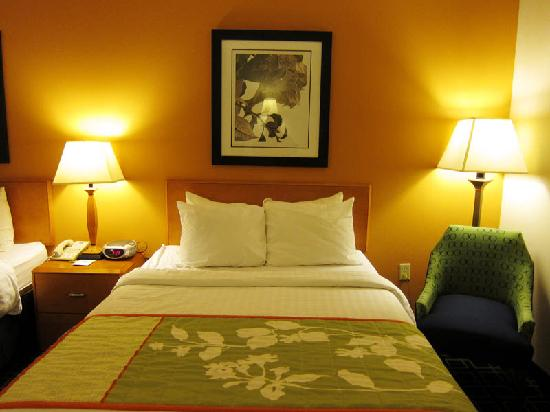 Fairfield Inn Lexington Park Patuxent River Naval Air Station: Comfortable bed, average linen quality.