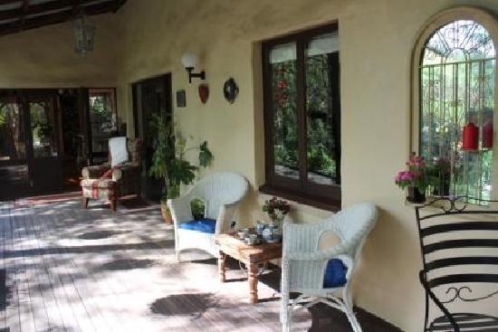 Motueka River Lodge: Back porch, nice place to read a book.