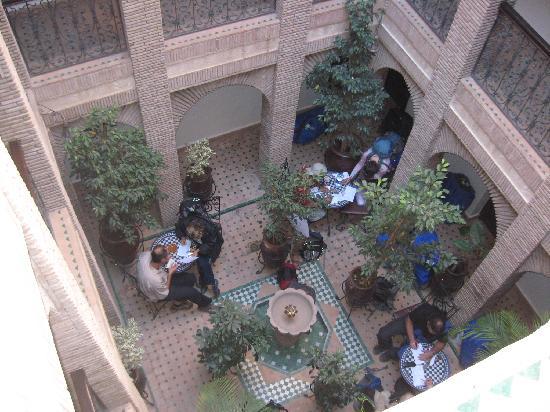 Riad Hotel Assia: l'atrio aperto sul cielo..zona wifi