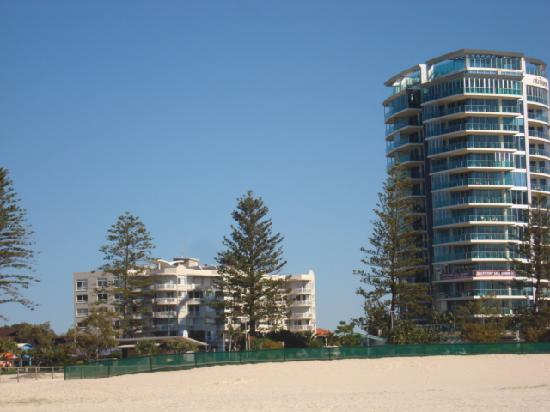 Kirra Beach Apartments: Kirra Beach Apartment on the left taken from the beach