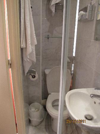 Timhotel Tour Eiffel: you need to open the bathroom's door for drying yourself after the shower