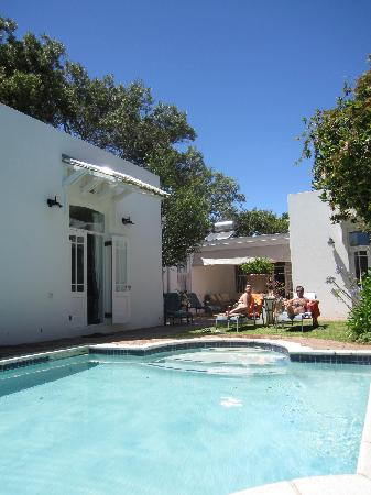 22 Die Laan Guest House: Relaxing by the pool