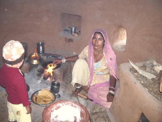 Chhotaram Prajapat's Homestay: Chhotu's mother making chapatis