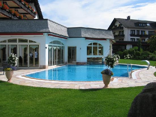 Hotel Engel Obertal : Piscine extérieure
